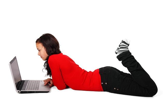 dívka surfující po internetu