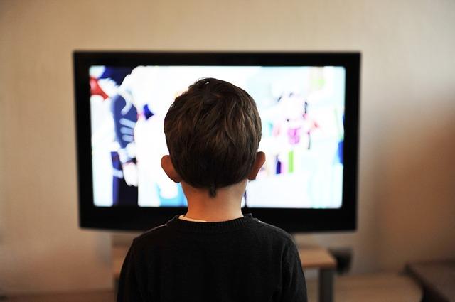 chlapec u TV