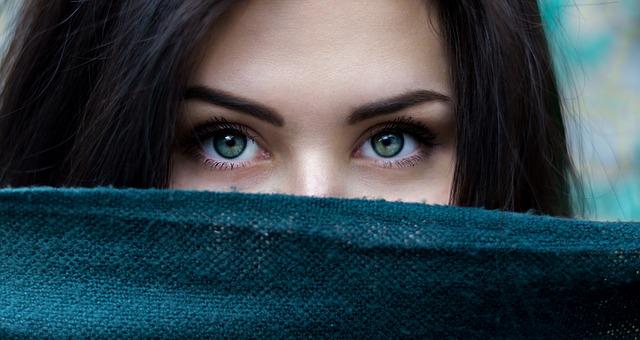 dívka s šálou