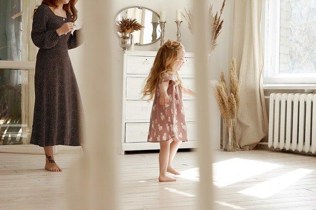 Matka s dcérou v miestnosti vo vidieckom štýle