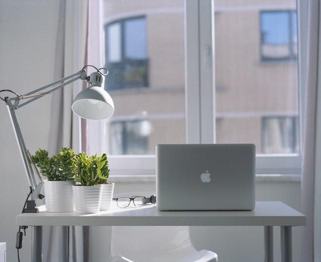 počítač pri okne.jpg