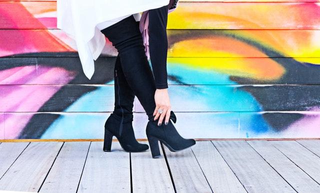 Žena s vysokými čižmami